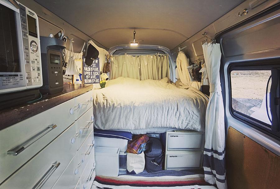 画像2: POINT 8個のプラスチックケースでベッドの土台と収納を兼用