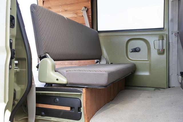 画像: いざとなったら、セカンドシートを出して、4人乗車も可能だ。セカンドシートは折りたたんで、荷室フロアよりも下の位置に収納する仕様。収納時も出っ張りができないので、室内を有効に利用できる。