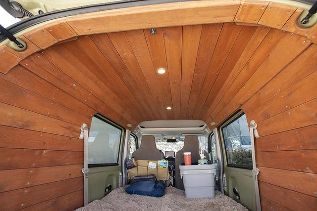 画像: 両サイドから立ち上がった木のパネルは、曲線を描いて天井部分へ、そしてリアからフロントへときれいにつながっている。天井とサイドの接合部は加工が難しいのだが、違和感がない。