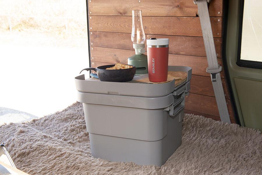 画像: 少し大きめの小物はリスのトランクカーゴ30ℓに入れている。天板を自作して、フタを反転させればテーブルとして使える仕様。