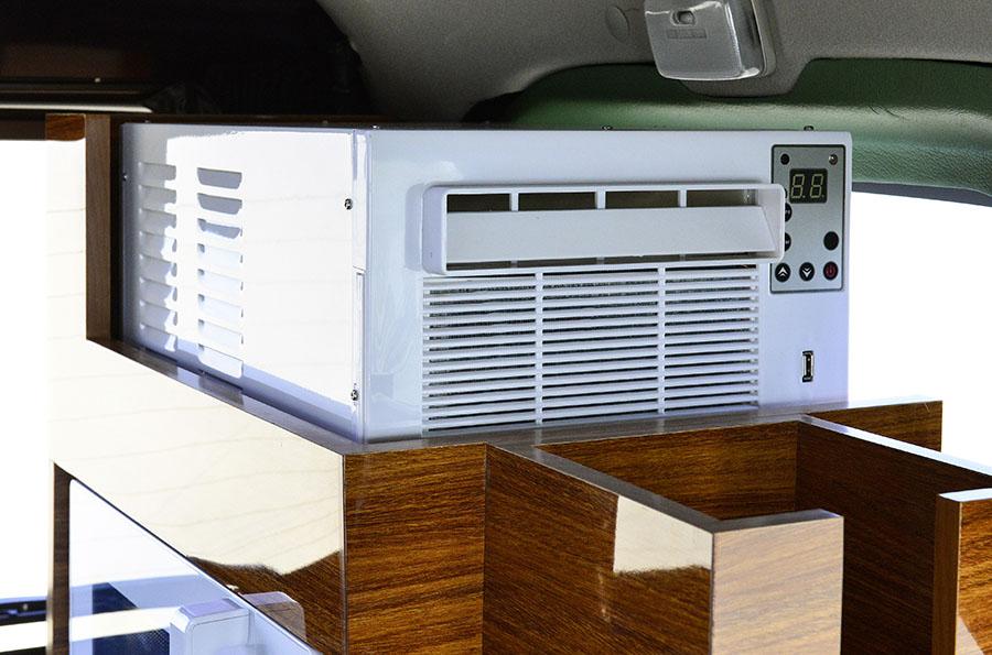 画像: 標準でエアコンが装備されている。静音設計で車内を十分に冷やしてくれるという。