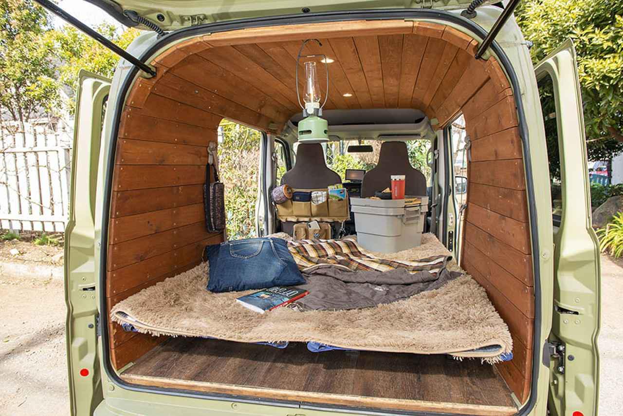 画像2: 荷室にキャンプ用コット