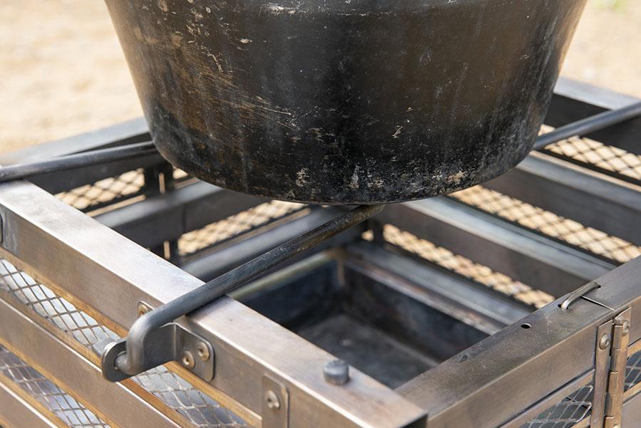 画像: ハンドルを内側に倒すと、ダッチオーブンも載せられるゴトクに! ゴトクの耐荷重は約20㎏。12インチのダッチオーブンに水を満タンにした重量を基準としている。