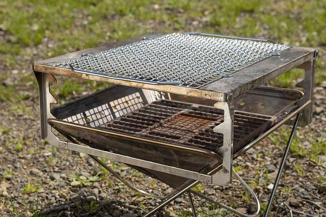 画像: オプションのグリルブリッジ(5940円)は焚火台にセットすることで、網やプレートなどが使えるようになる。脚部の凸凹で3段階の高さ調整ができ、火加減のコントロールが可能だ。