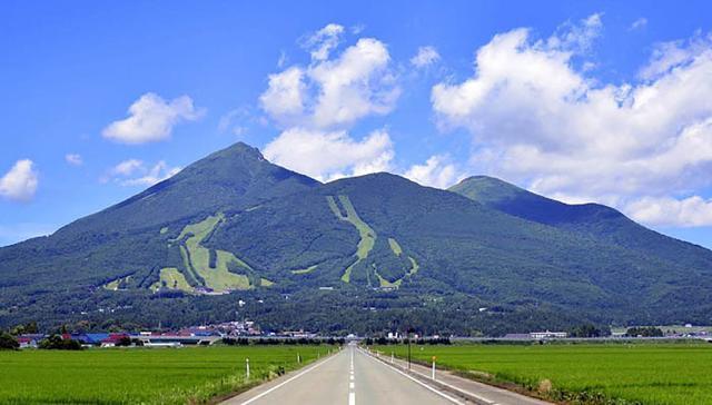 画像1: 磐梯山と猪苗代湖。条件がそろえば雲海も!