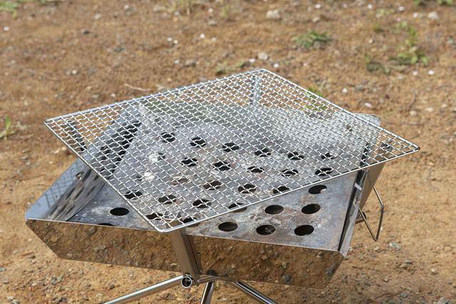 画像: 焼き網や鉄板は、炉の上部に突き出た爪部分に載せる仕様。こうすることで、炉の四隅から炭を出し入れしやすいし、網の四隅は食材の保温スペースになる。