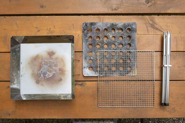 画像: セット内容は本体の炉、ロストル、焼き網、スタンド。収納ケースは付属しない。