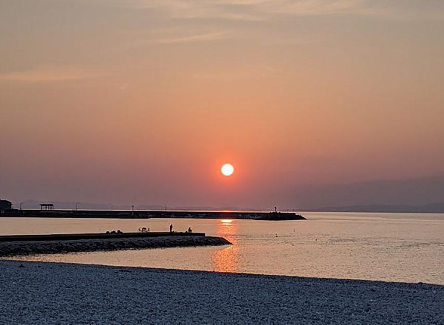 画像: 海が目の前。夕日百選にも選ばれた美しい夕日を眺められる。