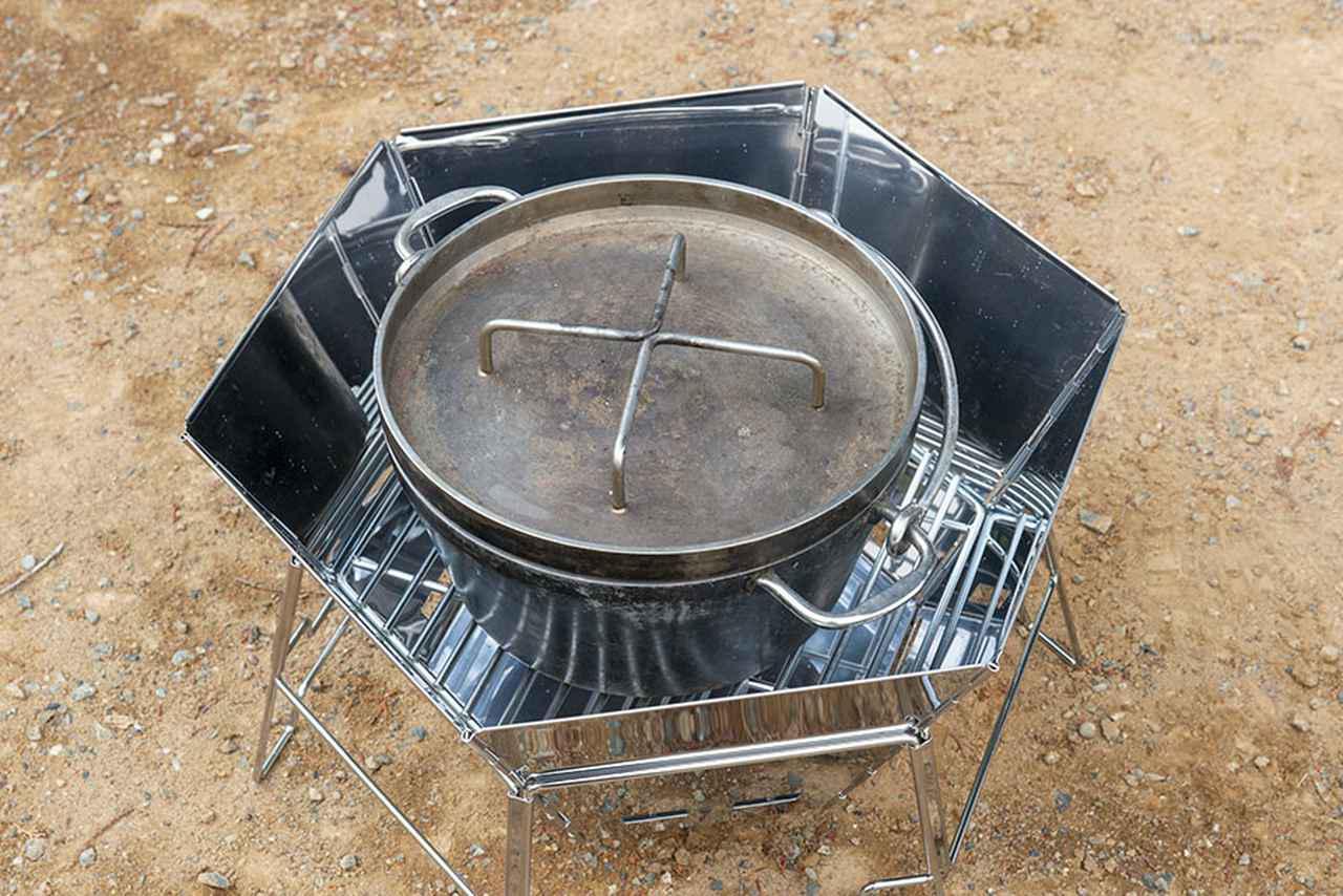 画像: ダッチオーブンを炉内にすっぽりと格納でき、ダッチオーブンと炉の間にゆとりもある。炉側面からの放熱で、ダッチオーブンを包み込むように温められるのもいい。