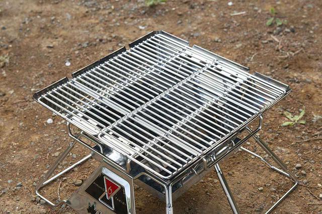 画像: 優れた耐久性のステンレス製極太焼網が装備されている。ハーフサイズ2枚で使い勝手がいい。