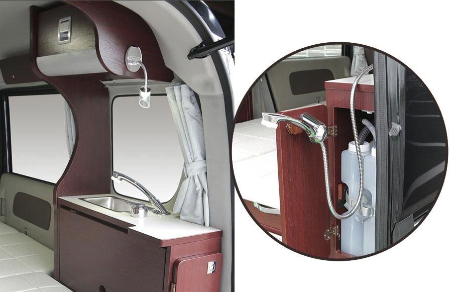 画像: リア右側にシャワー付きコンパクトシンクを装備する。