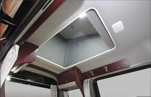 画像: ポップアップルーフタイプ。ルーフに上がると1950×1060×900mmのベッドスペースが広がる。
