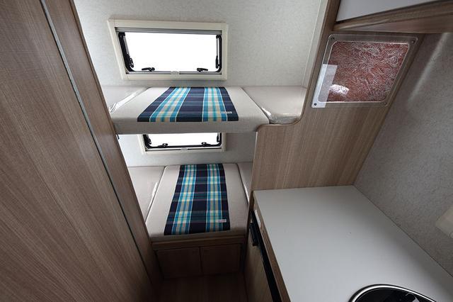 画像: リアの常設2段ベッド。右上に見えるのが伊勢型紙で、ガラスに挟み光を透過させることで、和紙を彫った繊細な模様がよくわかる。