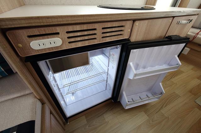画像: キッチンにはシンク、冷蔵庫を装備する。
