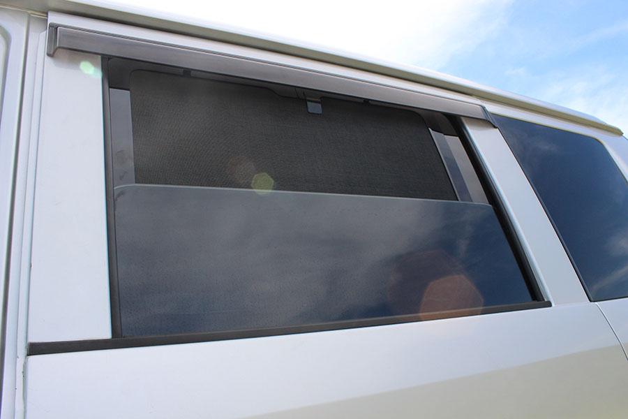 画像: セカンドセット。網戸装着状態で窓の開閉ができるのはとても便利。