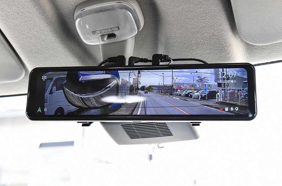 画像: リアに装備品がありルームミラーでは後方の視界が得られないため、バックカメラの映像をルームミラーに映し出している。