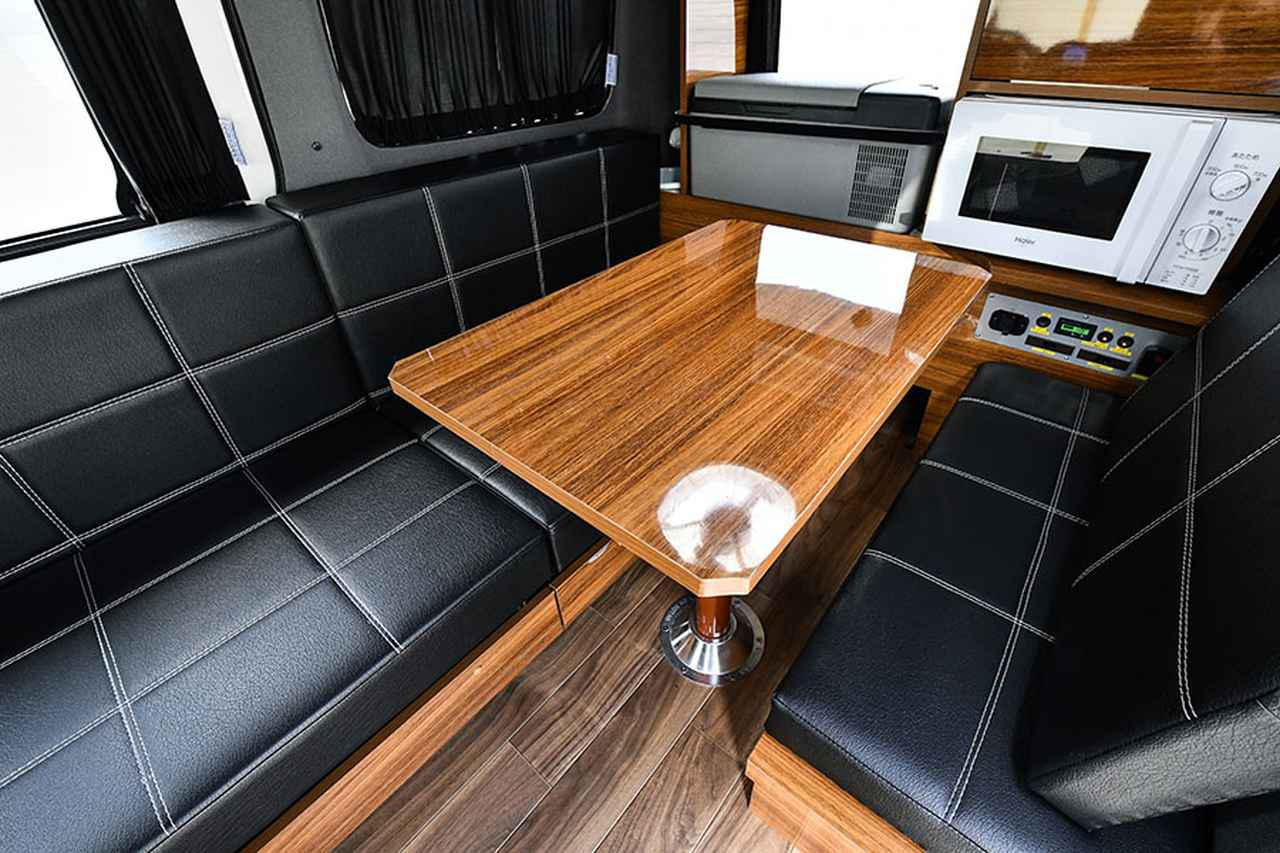 画像: ダイネットには横長ソファをレイアウト。シートは好みの生地から選ぶことができる。