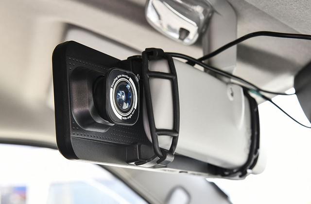 画像: ルームミラー型のドライブレコーダーを装備。