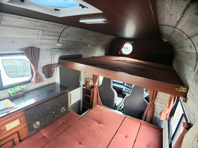 画像: フロアをベッド展開することで大人2名用の就寝スペースになる。バンクベッドは子ども2名用だが、ベースを延長(オプション)することで全長が1800mmになり、大人2名が寝られるスペースになる。
