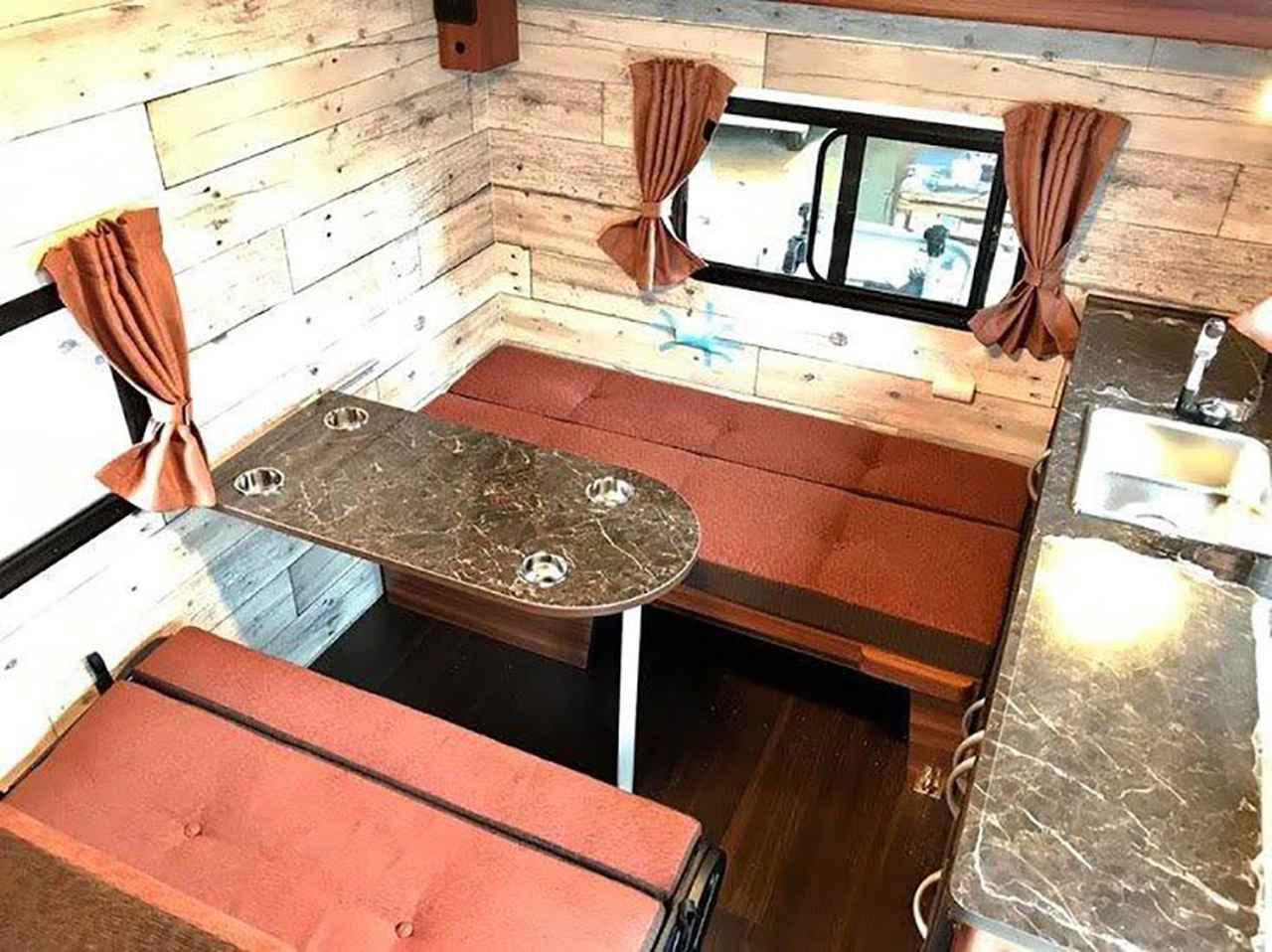 画像: 横長ソファのほかにセカンドシートが選べて対面式のダイネットにできる。