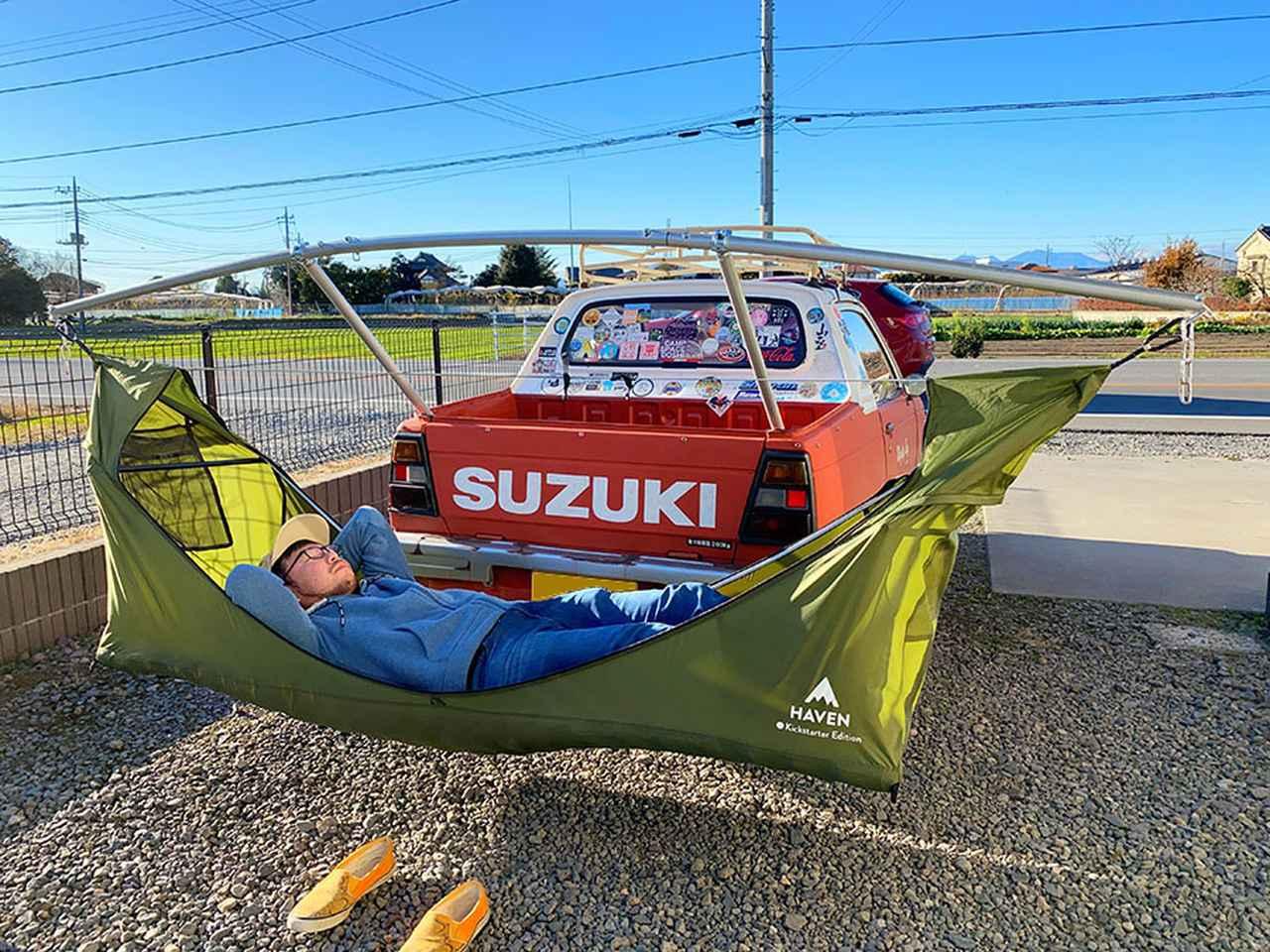 画像: 自作のハンモックキャリアで車中泊キャンプを楽しんでいる麻婆さん。