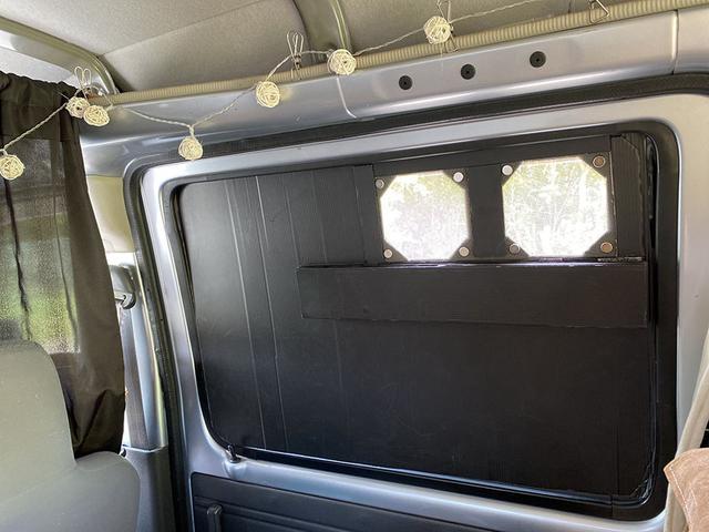 画像2: 窓には2連の換気扇を設置