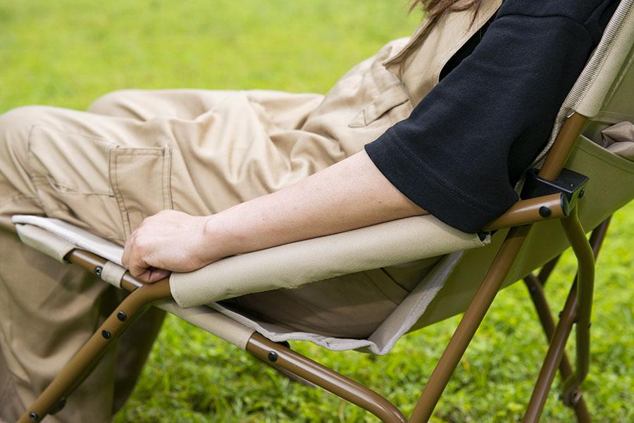 画像: リラックスCHECK! ① クッション性の高い肘掛けは角度秀逸でリラックス
