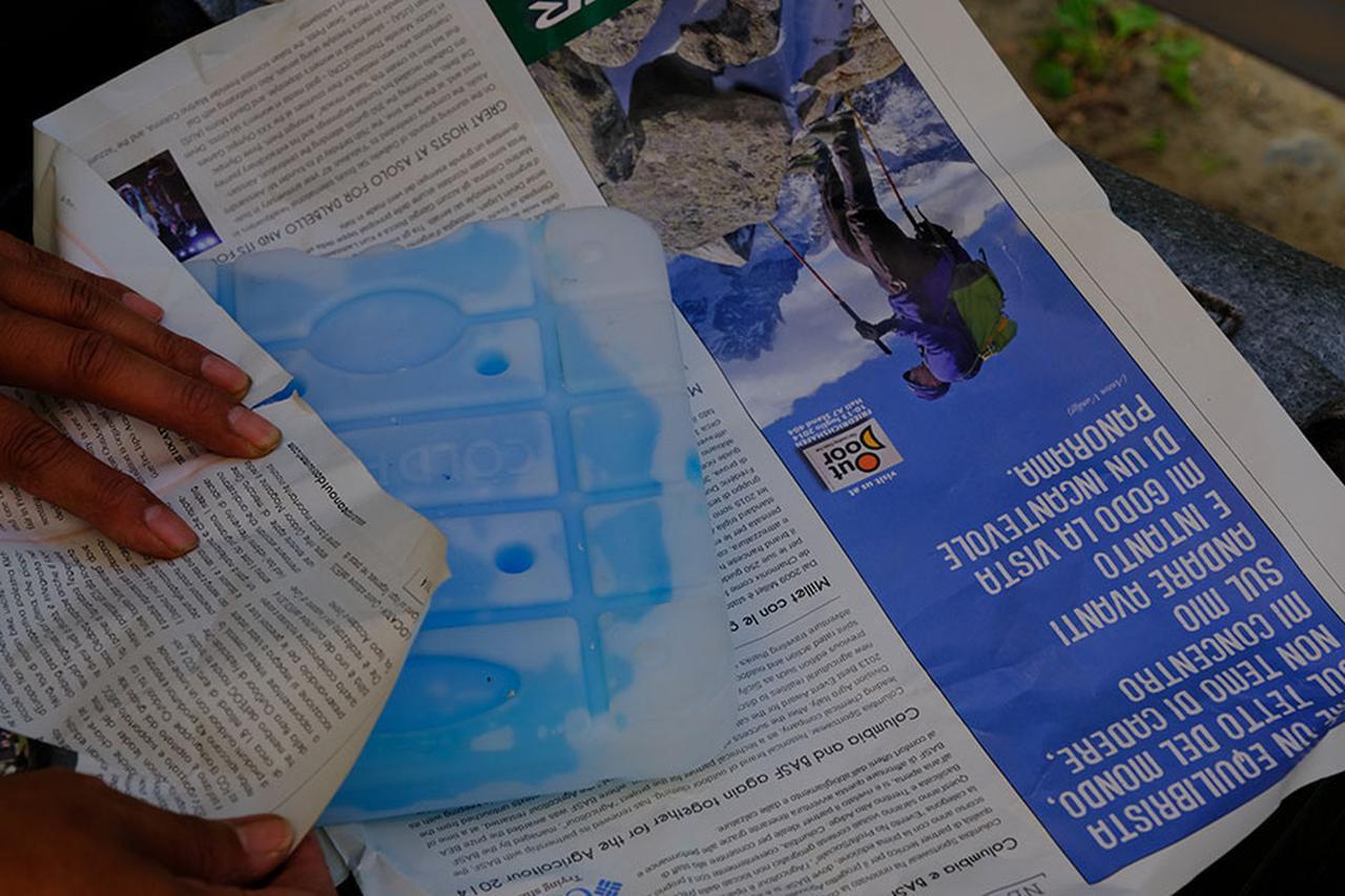画像: 食品に触れないよう新聞紙でくるんでおく