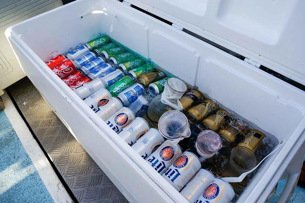 画像: 飲み物は氷水にドブ漬け