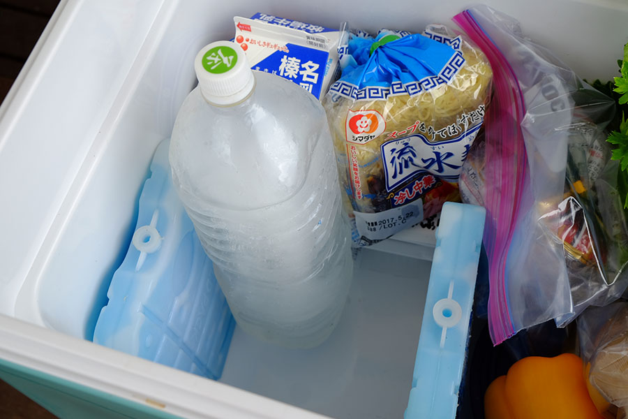 画像: 氷と保冷材を立てる