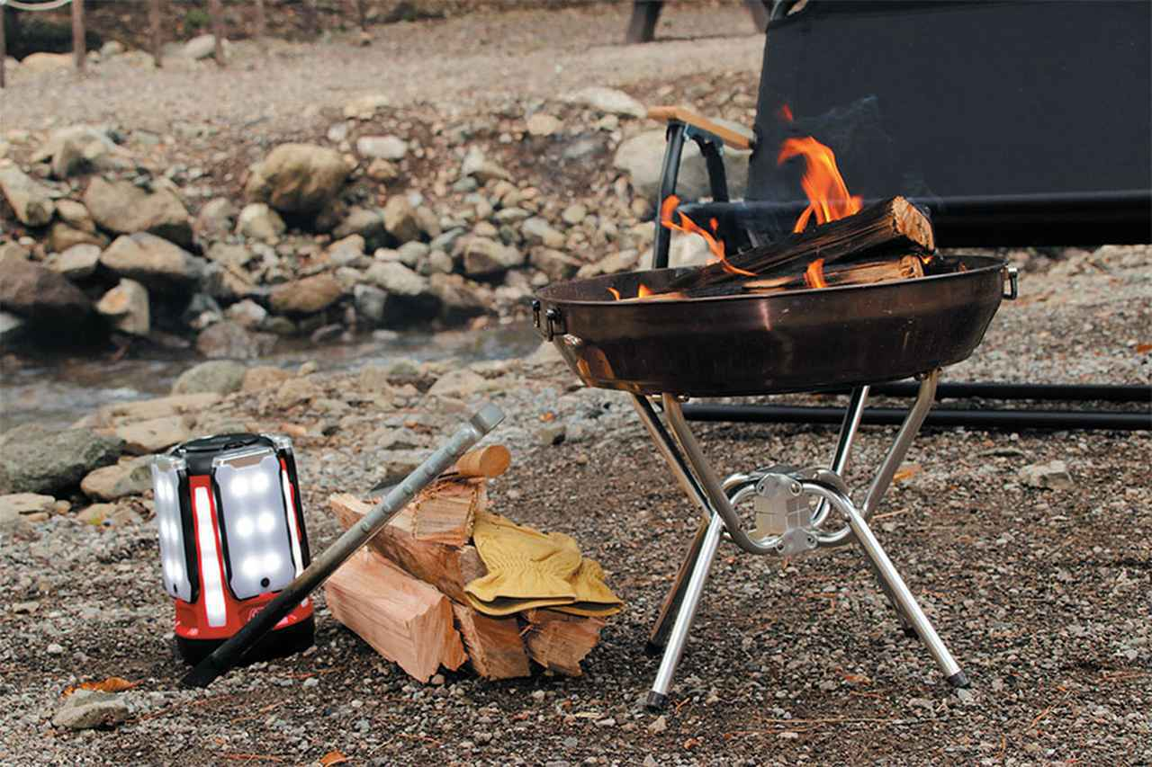 画像: ポイント8 焚き火の足元にはLEDランタン