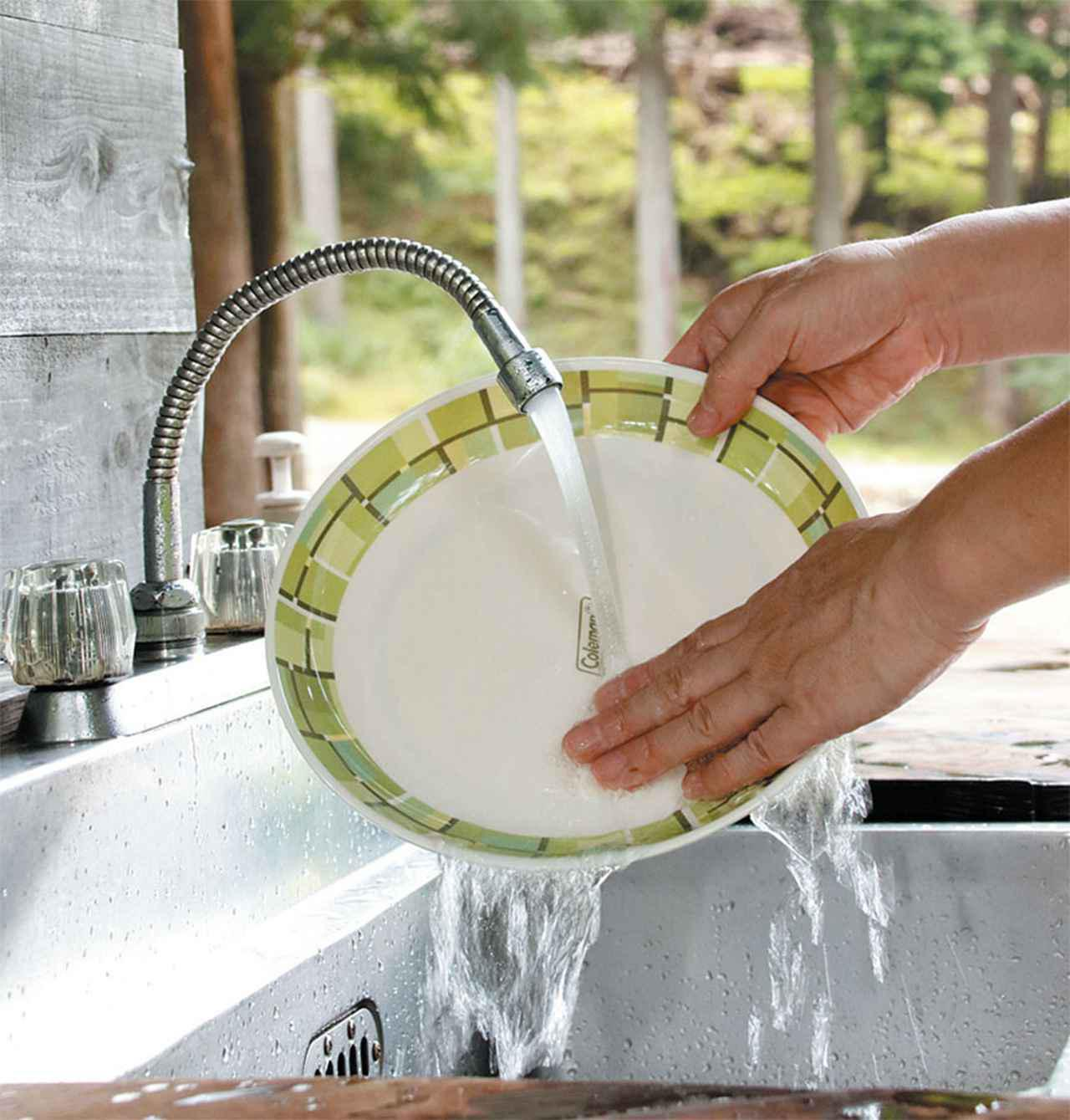 画像: 給湯器付きの炊事棟は洗い物も楽にできる。