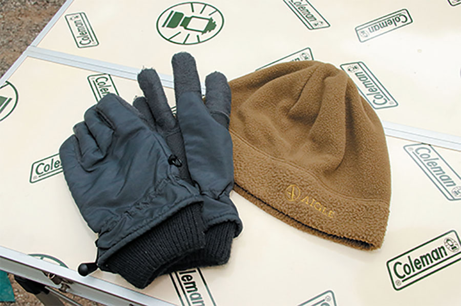 画像: 帽子や手袋などの防寒装備は必携。