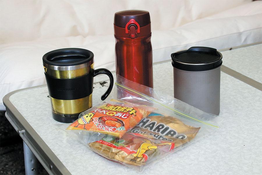 画像: 飲み物はフタ付きのカップ、お菓子は密閉袋に入れるように。