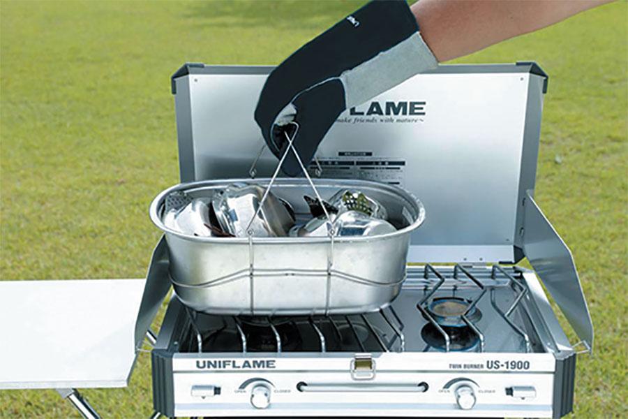 画像: ユニフレームの「フィールドキャリングシンク」は、食器などを運べるだけでなく、直接火にかけてお湯を沸かすことができるので、洗い物が楽にできる。