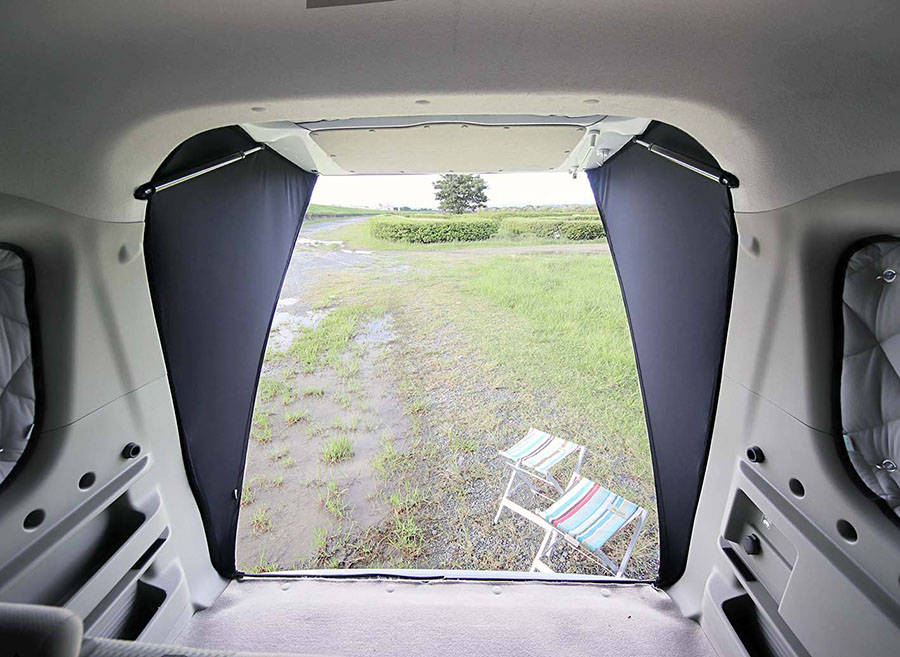 画像: 車内から見ると、車外側のスマートな印象と異なり、プライベート空間がしっかり確保されている。これによって日差しや風雨を遮ることができるのである。