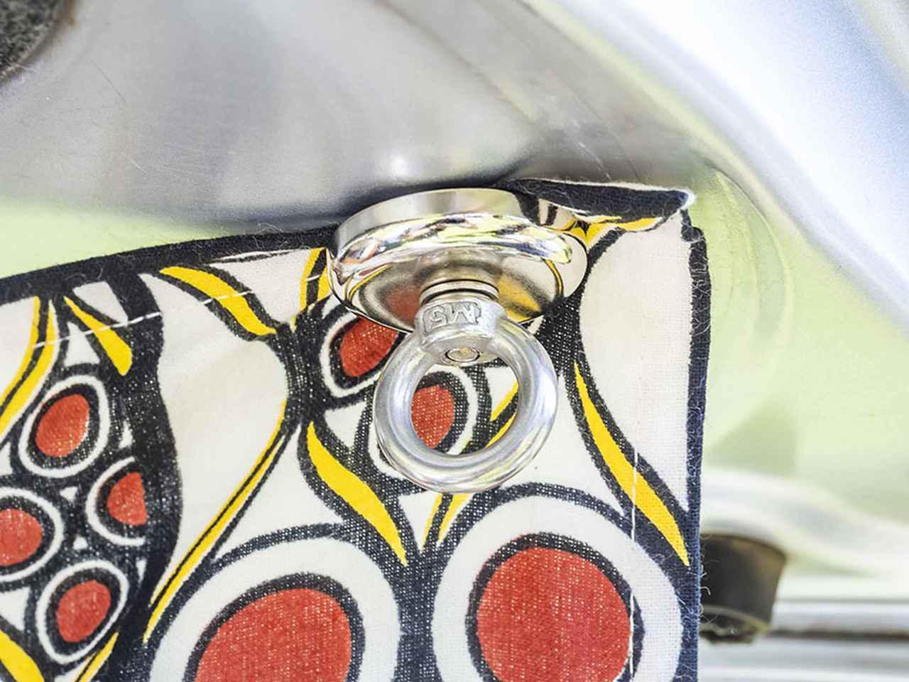 画像: カーテン代わりのファブリックは目隠しとして活用。リアゲートに強力磁石で装着。