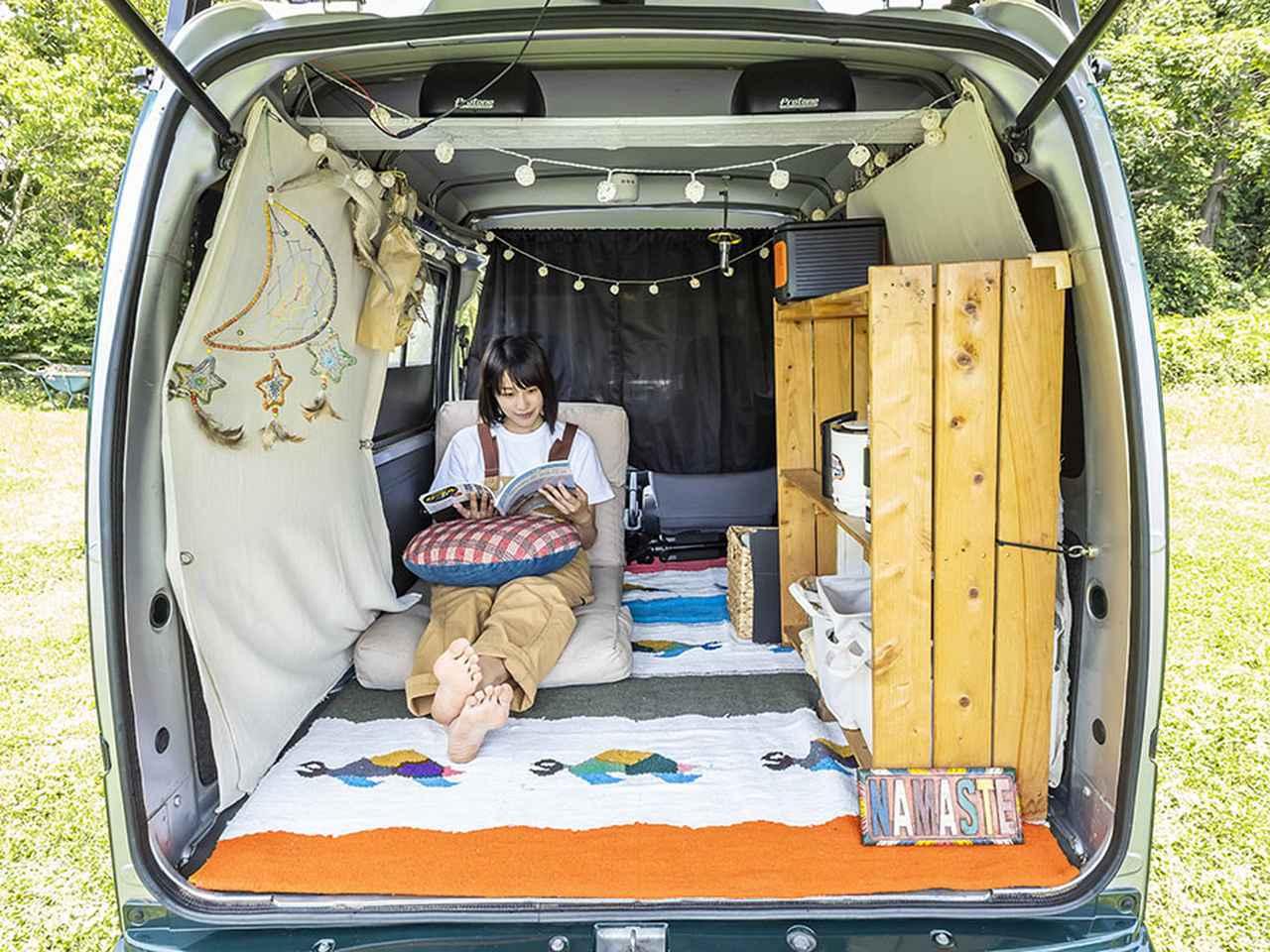 """画像: 車内はもはや、オシャレ女子の""""部屋""""そのもの! 大好きなアイテムに囲まれて、くつろぎ空間を最大限満喫するちょもかさん。"""
