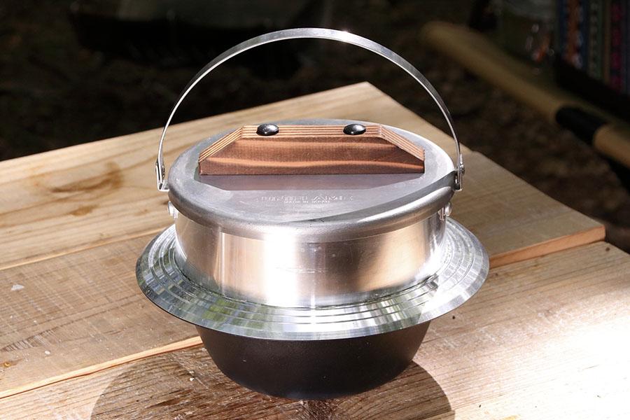 画像: 焚き火やバーナーで羽釜炊きのおいしいごはんを炊ける鍋。アルミ製のため、見た目に反して重量は1.35㎏。サイズφ20.6×H15㎝。6900円