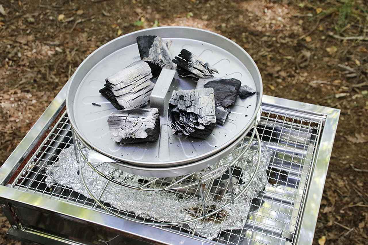 画像2: BBQのついでにピザを焼く! フタの上の炭がポイント