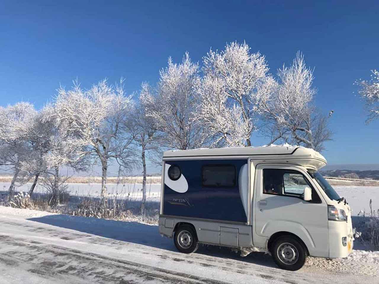 画像: 毎日の足だからもちろん雪の中も走る。街路樹が白いのは、細かくて軽い雪が降る極寒である証。これが北海道の冬の日常的景色。そのなかをちはるさんは走行する。