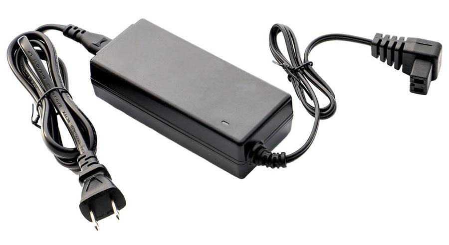画像: オプションの家庭用ACアダプター(2500円)があれば、家庭用コンセントでも使える。