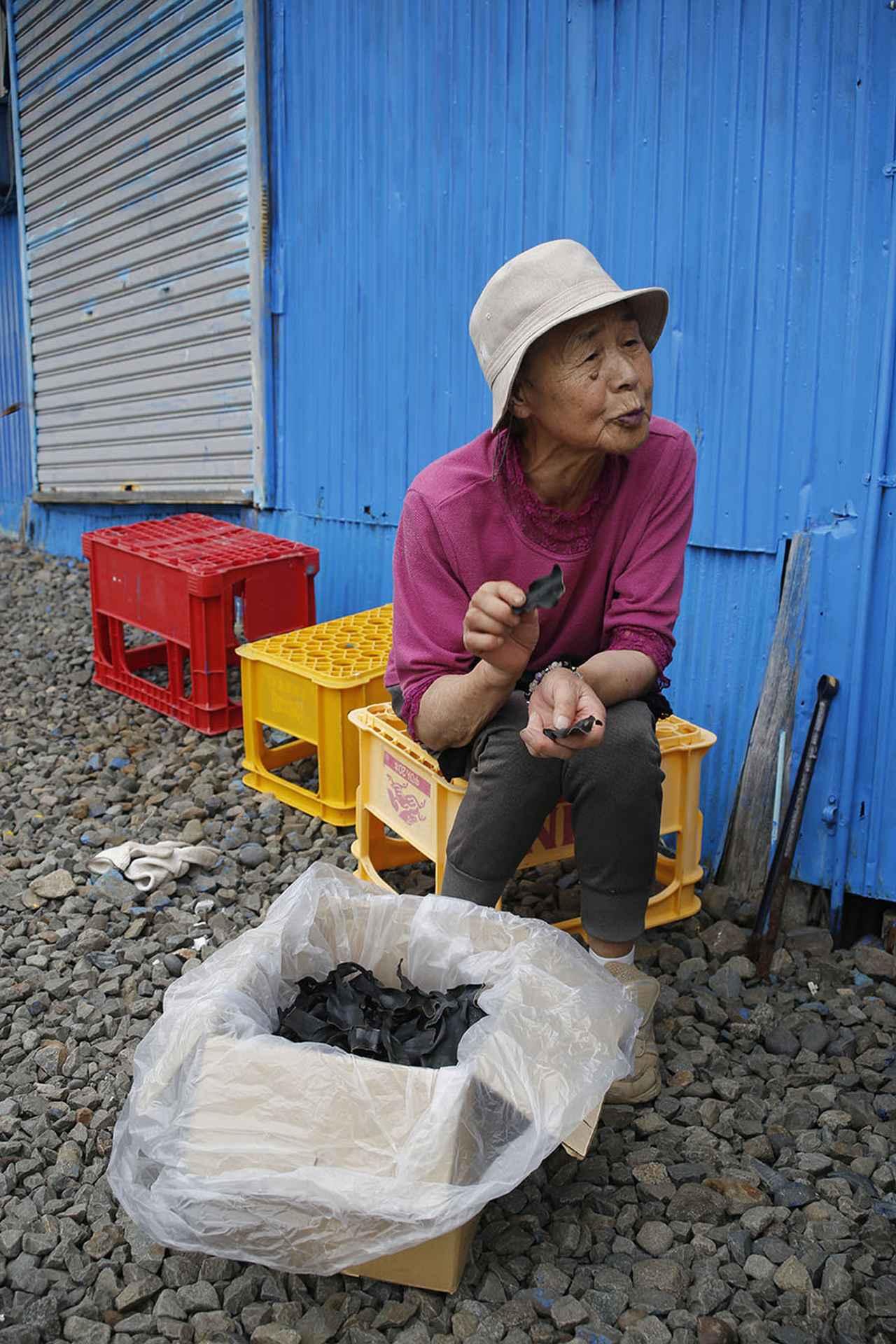 画像: 地元漁師の小松文子さん。笑顔がとてもチャーミング!