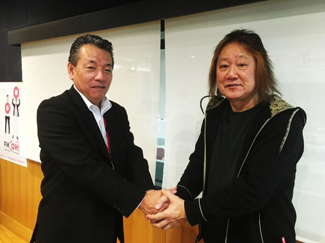 画像: 左より 石田社長と固い握手を交わす田中一郎