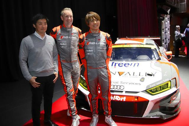 画像: 新しいマシーンの前に立つ富田竜一郎選手(右)、リチャード・ライアン選手(中央)、一ツ山亮次代表(左)。