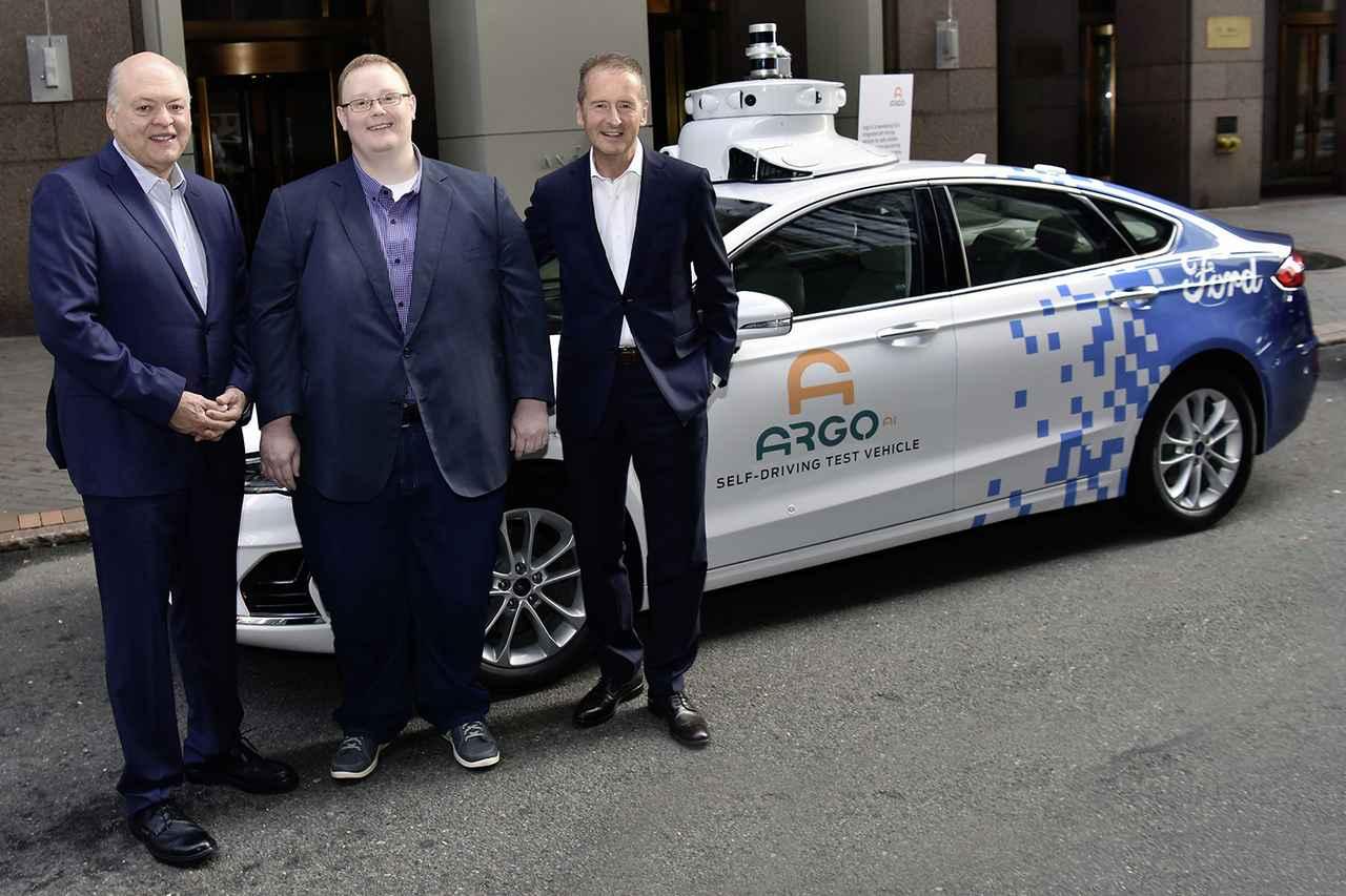 画像: 右から、フォルクスワーゲンのDr. ヘルベルト・ディースCEO、Argo AIのブライアン・サレスキーCEO、そしてフォードのジム・ハケ ット社長兼CEO