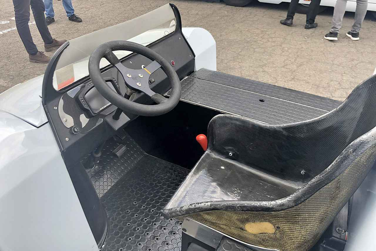 画像: シートはカーボン製のフルバケットが奢られております。トランスミッションは重量物の搬送を前提としているため、PDKではなく丈夫なATベースのティプトロニックです。