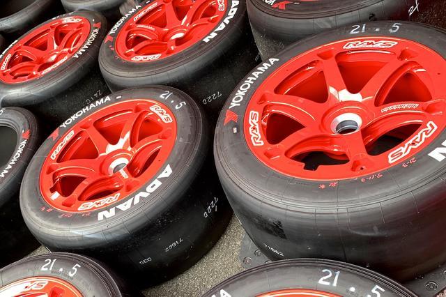 画像2: 灼熱の富士GT500マイルでRAYSの赤いホイールデビュー! そのわけは?