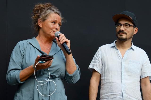 画像: プロデューサーのエヴァ・デ・クラーク氏(左)とアーティストプロデューサーのピーター・エルンスト・クーレン氏(右)