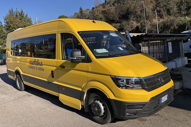 画像: 筆者が住むシエナに2019年に導入された新型スクールバスは、VWクラフターがベースである。